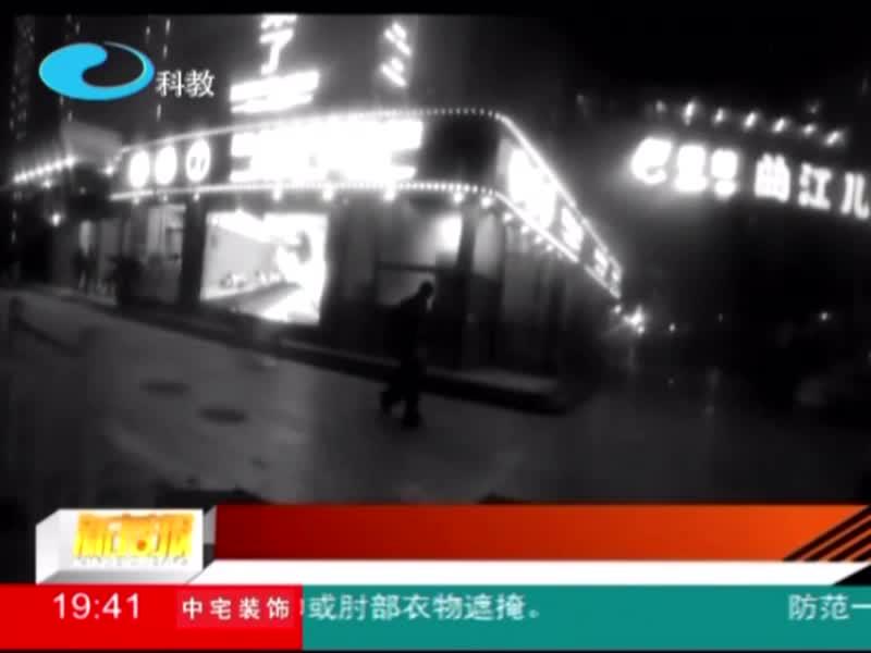 扬州:男子骗弱小 民警立flag抓贼