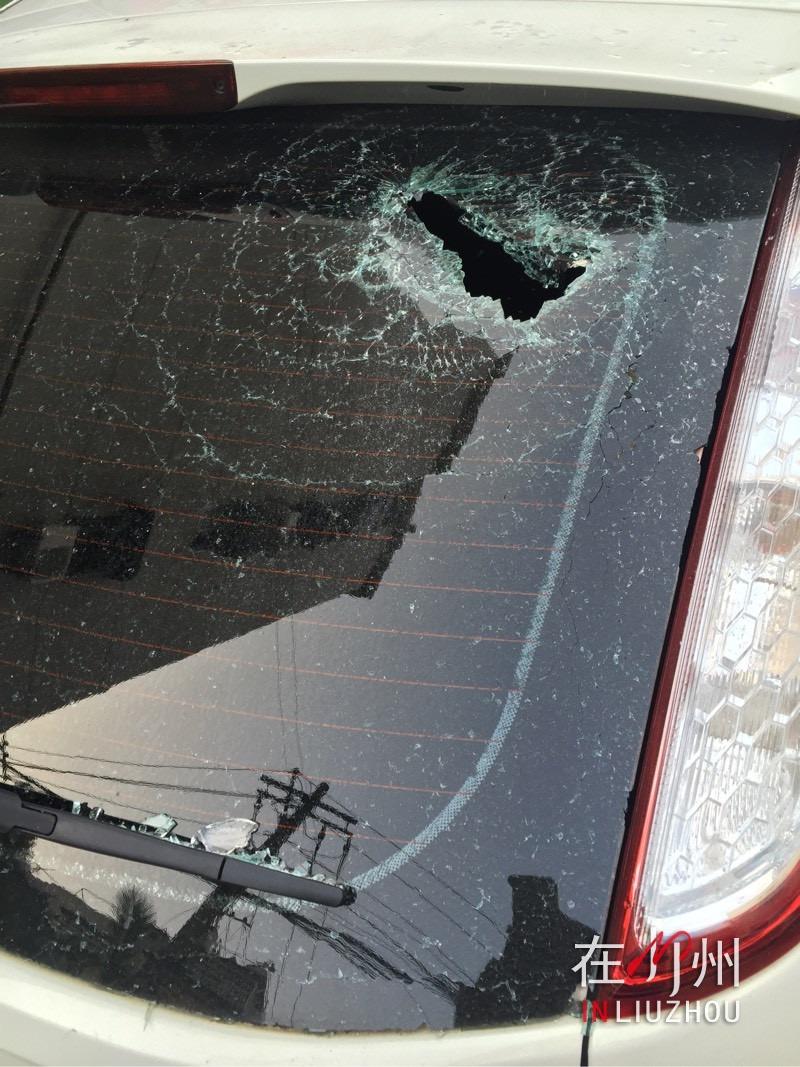 """意外还是故意?  小车深夜遭高空抛物""""袭击"""""""
