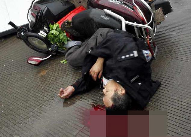 骑车遭遇飞来横祸 男子倒地头破血流