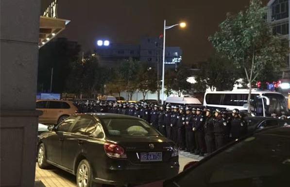 柳州警方深夜突击娱乐场所 带走一批靓拐
