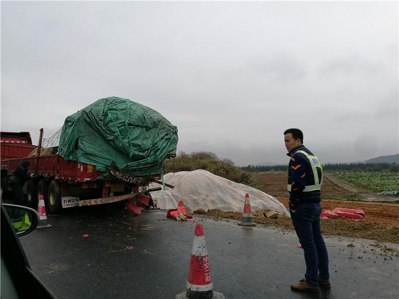 桂柳高速公路鹿寨路段受到施工和事故影响缓慢通行
