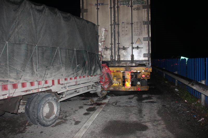 货车司机高速上太困眯了一下眼 一条生命就这么没了