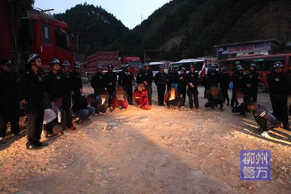拦截车辆打砸伤人… 13人涉嫌聚众扰乱社会秩序罪被拘