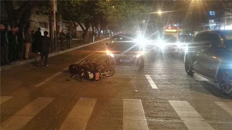 【躺枪】街头突发事故 围观群众无故被狂躁车主扇巴掌