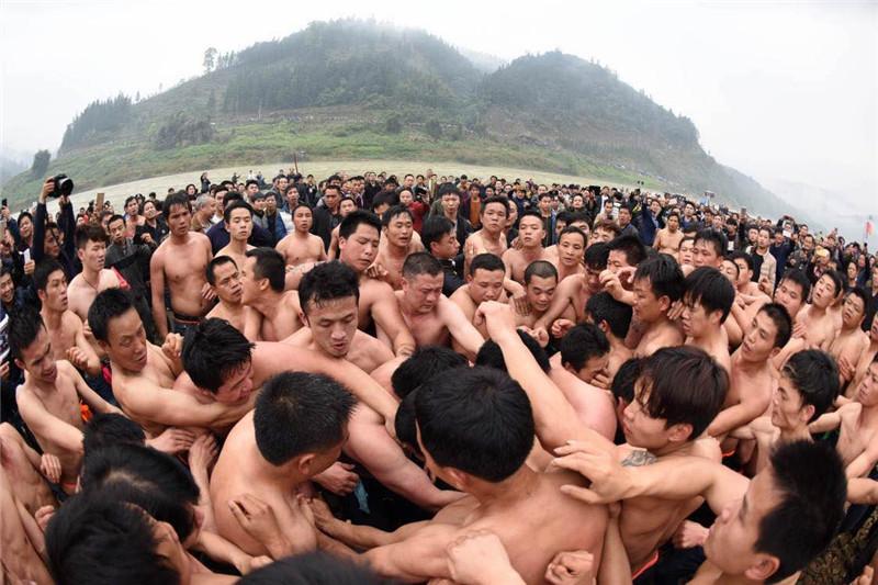 一群男人光着膀子  他们在争抢什么宝贝?