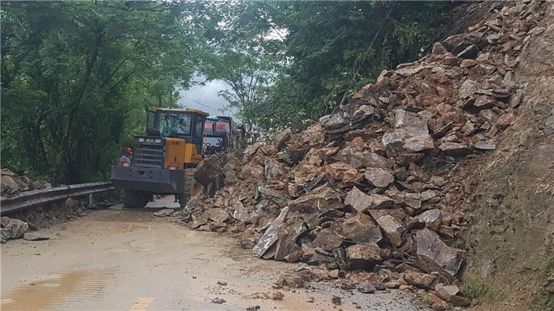 国道321线三江县洋溪乡一路段发生塌方 交通受阻