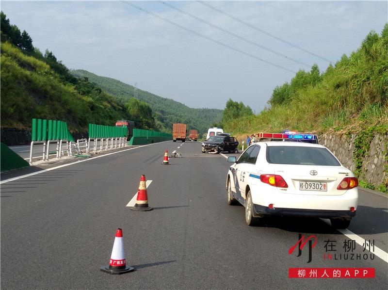操作不当 轿车高速公路失控撞隔离栏
