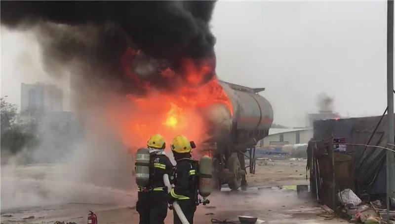 危险!废弃硫酸罐车突发大火