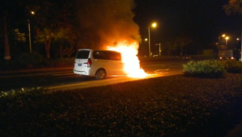 嘭!面包车撞上农用车,起大火了!(事发桂柳路)