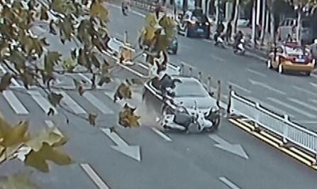 视频|电动车闯红灯被撞 交警:负全责!