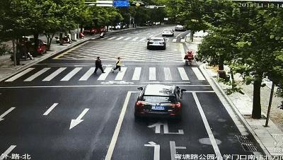 【曝光台】@这些司机,斑马线请前停下,让一让行人