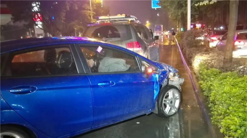 航银路发生六车连撞 起因源于女司机醉驾?