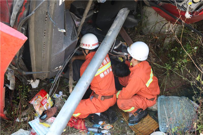 鹿寨322国道一货车侧翻 司机被困驾驶室