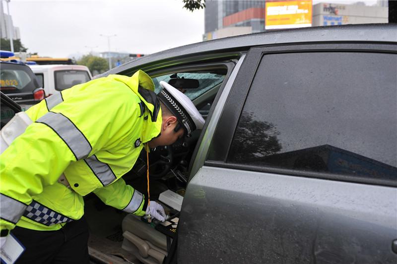 小车无故停路上 交警上前帮忙,没想到有意外收获!