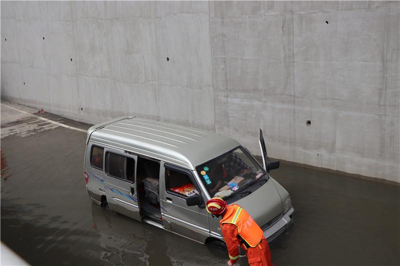 """买年货回家过年高兴""""坏了"""" 司机把车开进""""水塘"""""""