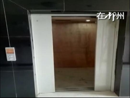 这部电梯真任性 没到楼层往下坠 开关还得靠手动