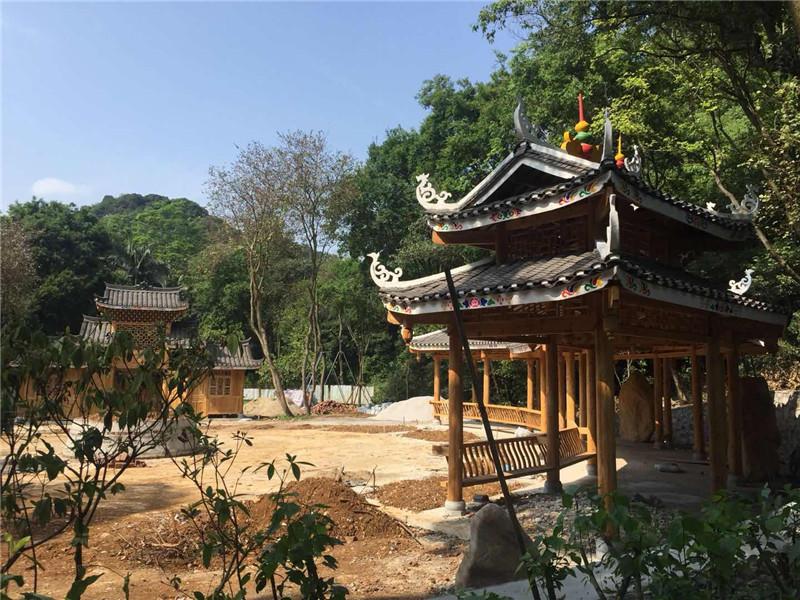 咦,龙潭公园侗寨旁多了一个长廊,这是在建啥?