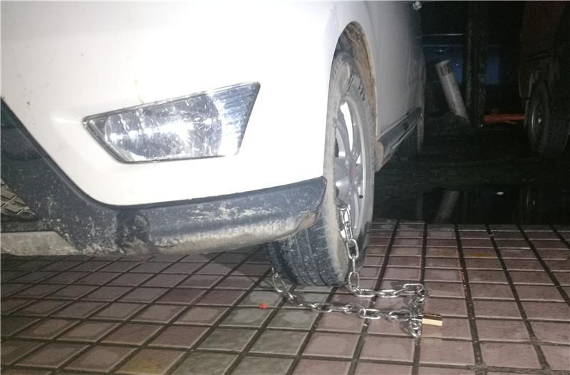 停车场里车轮被锁,承包方:没交费 物业:不关我们事