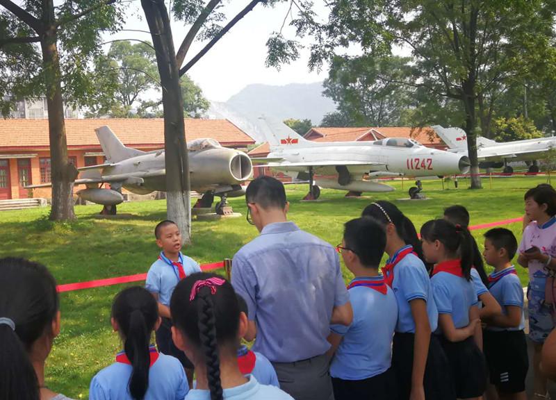 今天是什么日子?柳州200多名学生到军博园找答案去了……