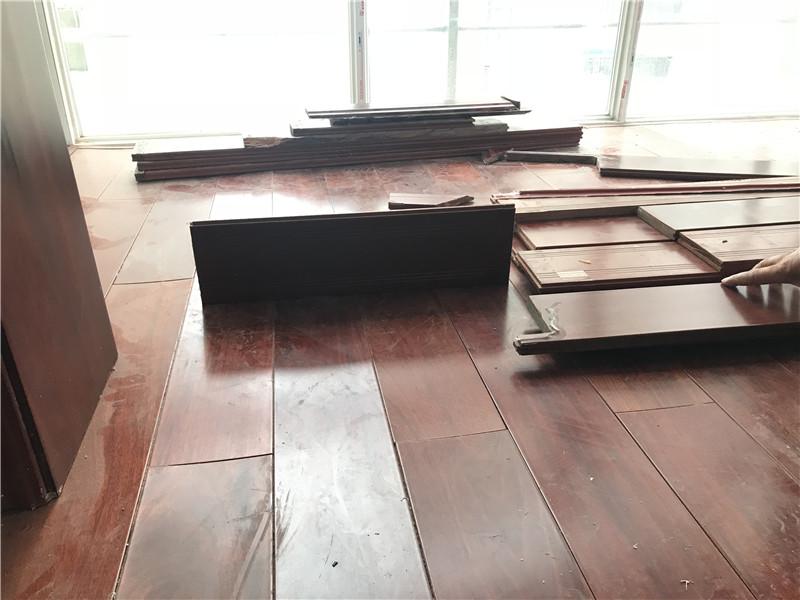 新铺的木地板竟大片翘起变形 商家解释:是受潮了