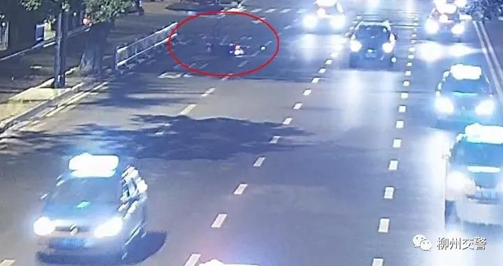 轿车撞坏八一路隔离栏后逃逸 害人摔倒受伤