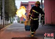 再见!中国消防战士;你好!中国消防员