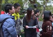 为做寒假作业 他们把记者团团围住