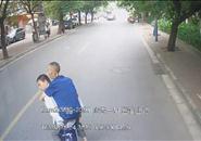 最man公交车司机|乘客身体不适时 他弯下了腰……
