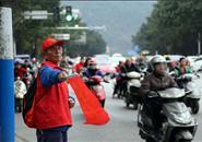 路口的红色背影|72岁老人当义务交通劝导员,一站就是8年