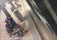 """暖心!""""轮椅哥""""出行不便 公交司机抱上抱下"""