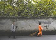 马路爱情:女环卫工带着重病丈夫扫了3年大街