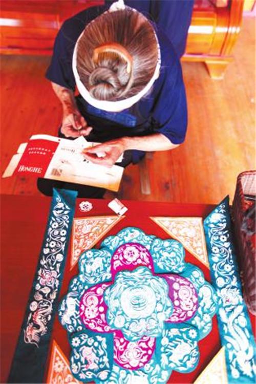 她把十二生肖的剪图,按先后顺序贴在彩纸上,或圆或方或菱形或三角形
