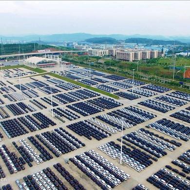 柳州汽车城万辆新车整装待发 场面壮观