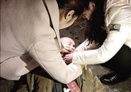 郑州:老大爷街头晕倒 两女孩救醒后悄然离去