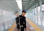 随春运列车奔跑的女乘警 与家人站台相聚3分钟