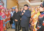 白玛赤林率中间代表团四分团在 来宾探望慰劳各族各界干部群众