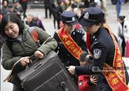2019年春运大幕开启 铁警志愿者为旅客搬运行李