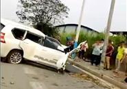 """丰田车撞电杆严重损伤  一旁的""""驾驶人""""却神情自若"""