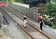 两妙龄少女用生命在铁轨上玩自拍